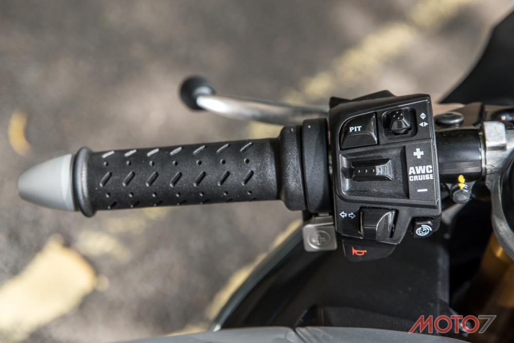 左側的把手開關有著相當多電控的控制介面。