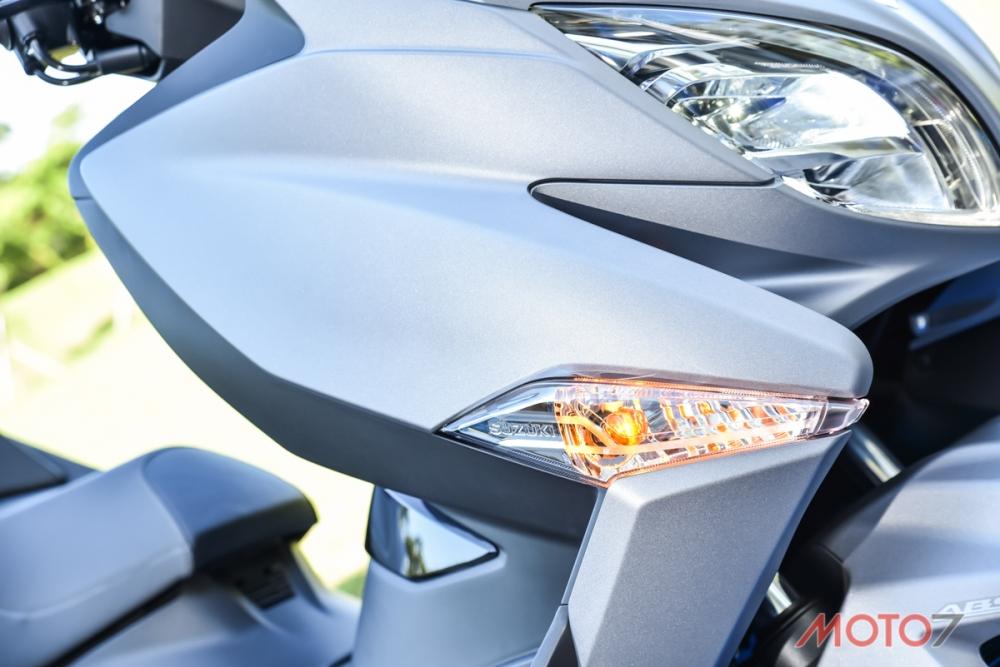 鑲於車頭兩側的前方向燈。