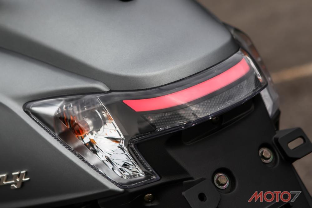 相當有質感的LED 導光條尾燈。