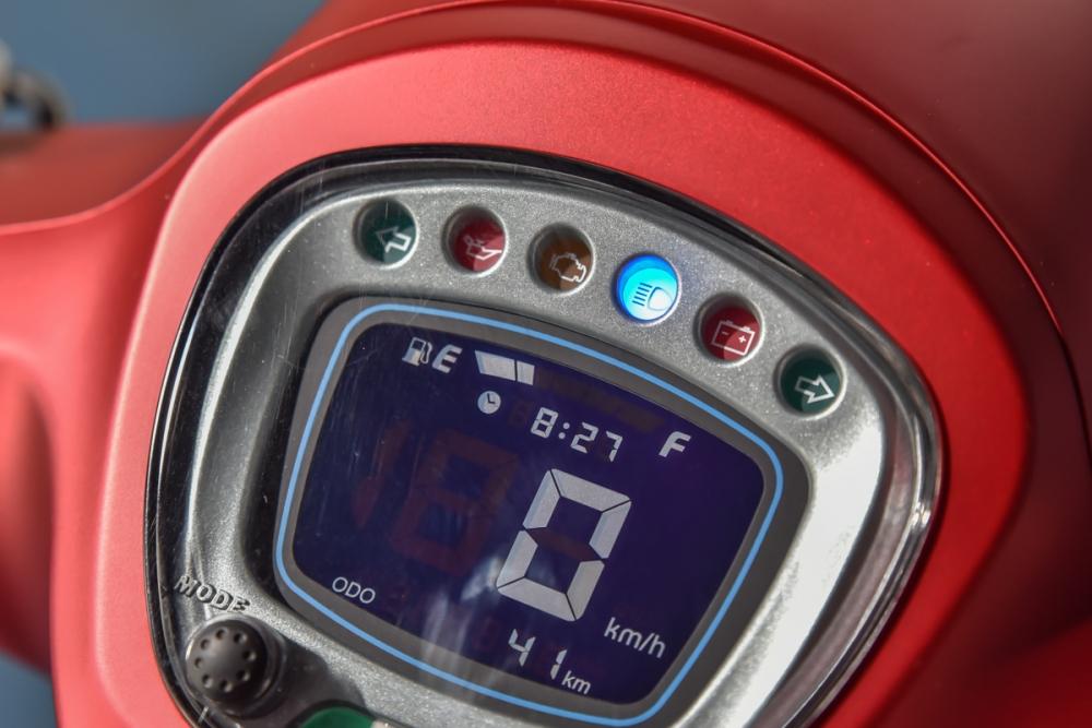 當遠燈開啟時,儀錶板上的藍色指示燈會亮起。