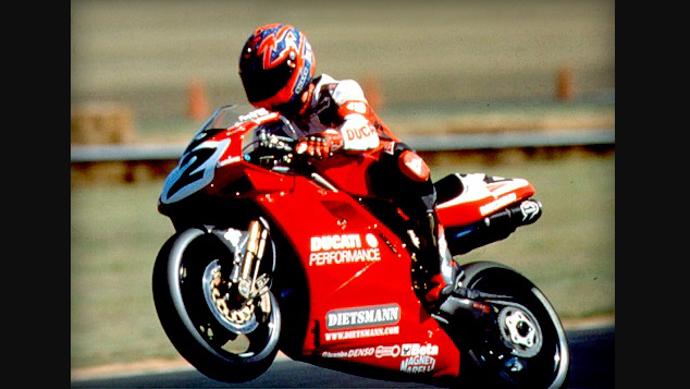 Carl Fogarty在1998年及1999連續拿下WSBK的年度冠軍。