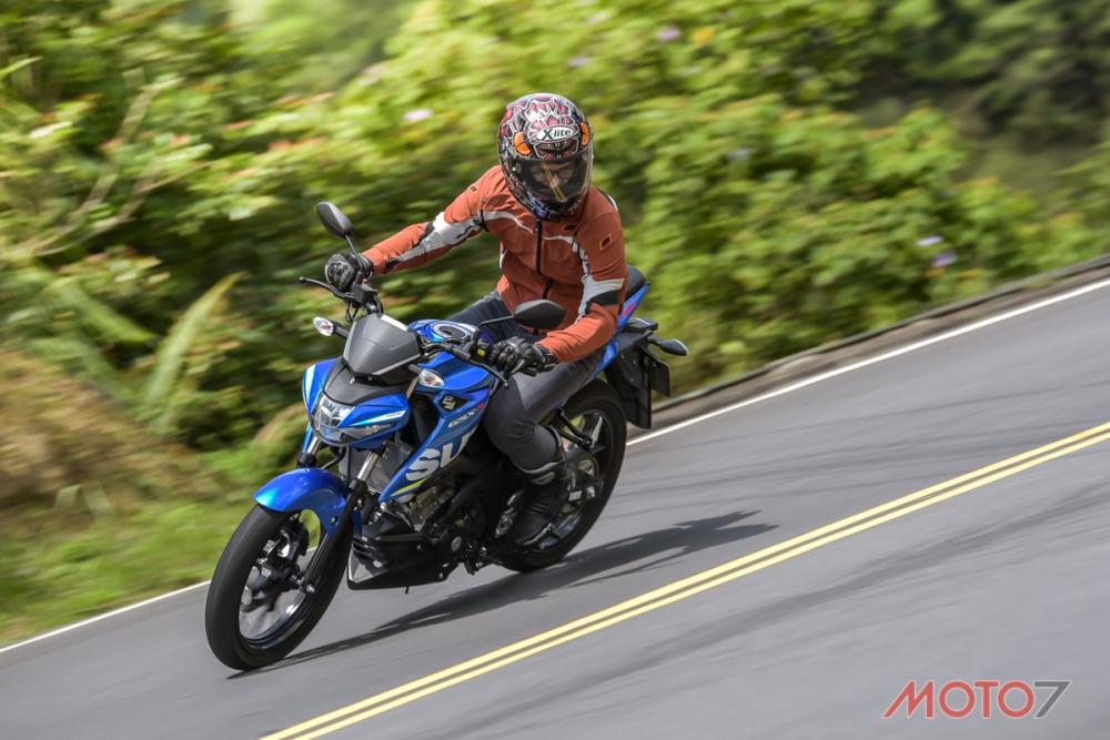 騎姿高挺的GSX-S150,可以用較高的把手帶出靈活的動態。