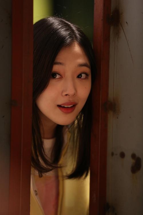 韩国女子天团fx雪莉为《时尚天王》装书呆子