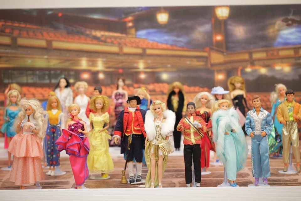 林國基蒐羅了許多珍奇公仔、娃娃,就連大人也充滿好奇。圖:台西 海口故事屋臉書/提供