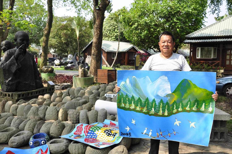 素人藝術家林貴及其繪畫、雕刻作品,渡假村裡有其作品販售。 圖:蕭沛涵/攝