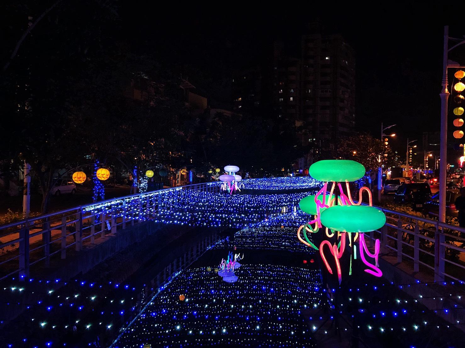 2019台灣燈會在屏東東港小鎮燈區的光復路運河及延平老街佈燈。圖:屏東縣政府/提供