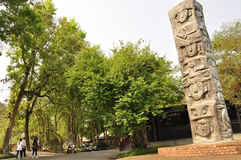 木雕作品「一样米养百样人」,其中有尊人像左眼上方刚好是树枝分叉点,艺术家林渊开玩笑说是因偷窥长针眼,以幽默的方式吸引民众目光。 图:萧沛涵/摄