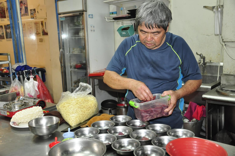 什錦麵的配料隨季節改變,搭配熬煮12小時的美味湯頭,令人食指大動。 圖:蕭沛涵/攝