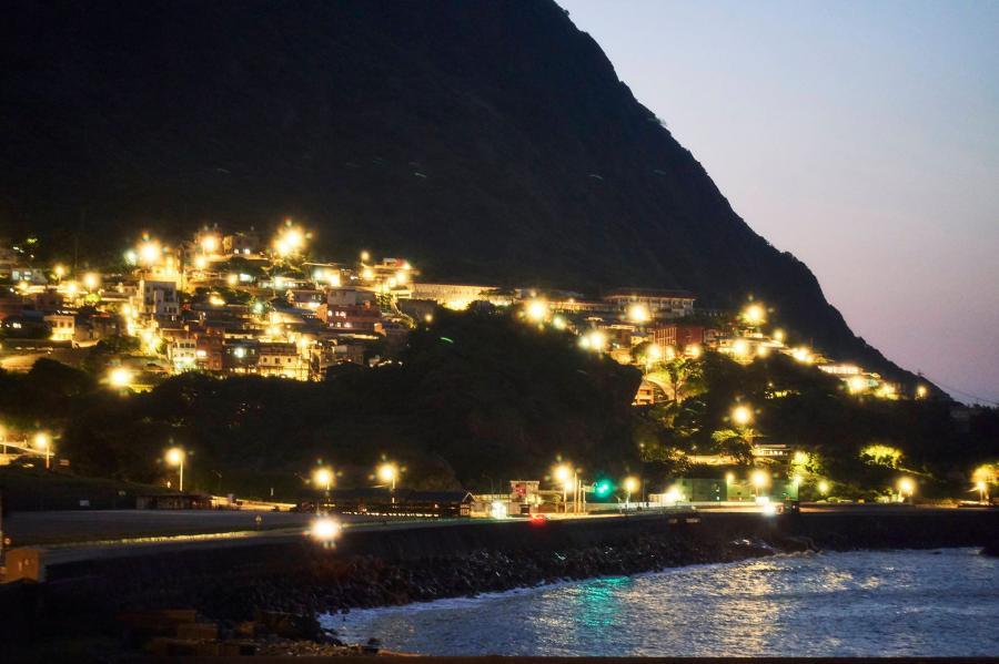 夜晚住戶的燈火點亮山徑及漁港。圖:取自我們與惡的距離粉專