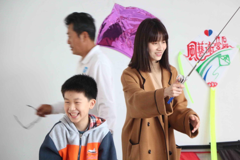 連俞涵和老梅國小學童完成五顏六色的風箏作品,大夥兒還在室內、戶外放飛風箏,玩得很開心。 圖:新北市民政局提供