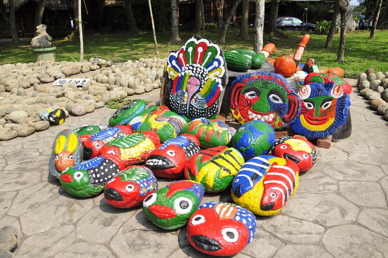 牛耳艺术渡假村园区内陈列素人艺术家「林渊」的作品,同是素人艺术家的儿子「林贵」也有石雕作品在现场。 图:萧沛涵/摄