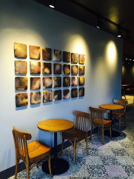 鶯歌門市其中有與當地陶藝家合作設計,為星巴克燒製具有咖啡圖騰的窯燒陶片,以拼貼藝術創造出藝術牆面.jpg
