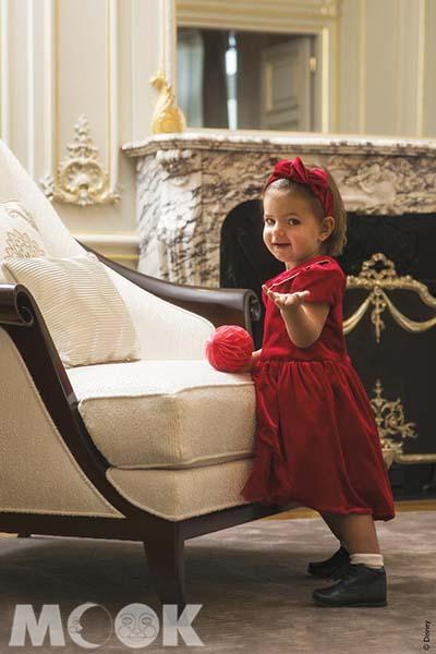 入住巴黎半島酒店的兒童,將獲贈繡上名字的巴黎風格服飾迎賓禮物。