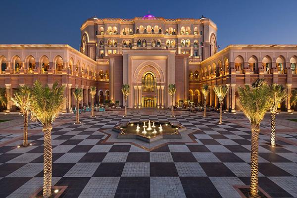 酋長皇宮酒店座落在阿布達比海灘上