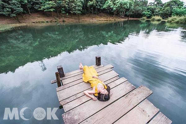 湖畔的木棧板是旅人們最愛的美拍點。 (圖/wusheng_photo)