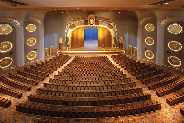 酋長皇宮酒店有足球場、棒球場、劇院等設施