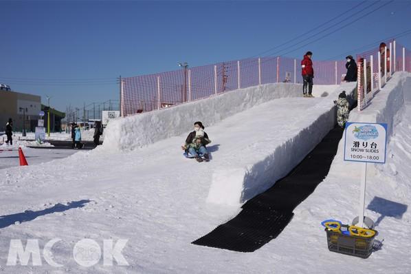 現場還有巨大雪製溜滑梯和玩雪區,相信無論是大朋友、小朋友,都能玩得不亦樂乎。