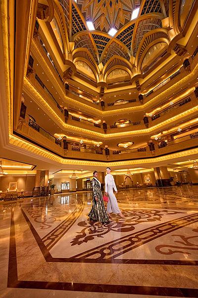 飯店有394間客房,以及一對一的管家服務