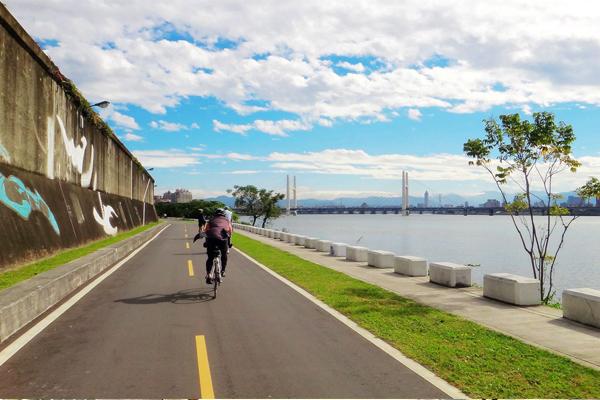 騎著單車享受一個人的暢快,是近年相當受歡迎的旅遊方式。(圖片來源/環騎臺北粉絲團)