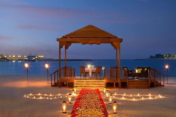 飯店有1,300公尺的私人白色海灘與海上運動項目