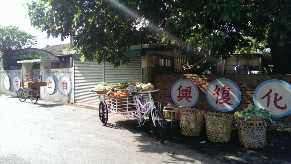 佳安社區的紅磚牆和綠樹渾然天成,復刻舊時代的風貌。