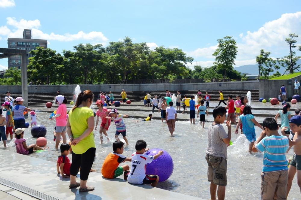 除了戲水區外,一旁的兒童遊戲區也同時開放玩沙