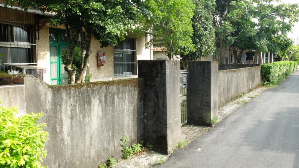 家家戶戶都有圍牆,是佳安社區的特色。