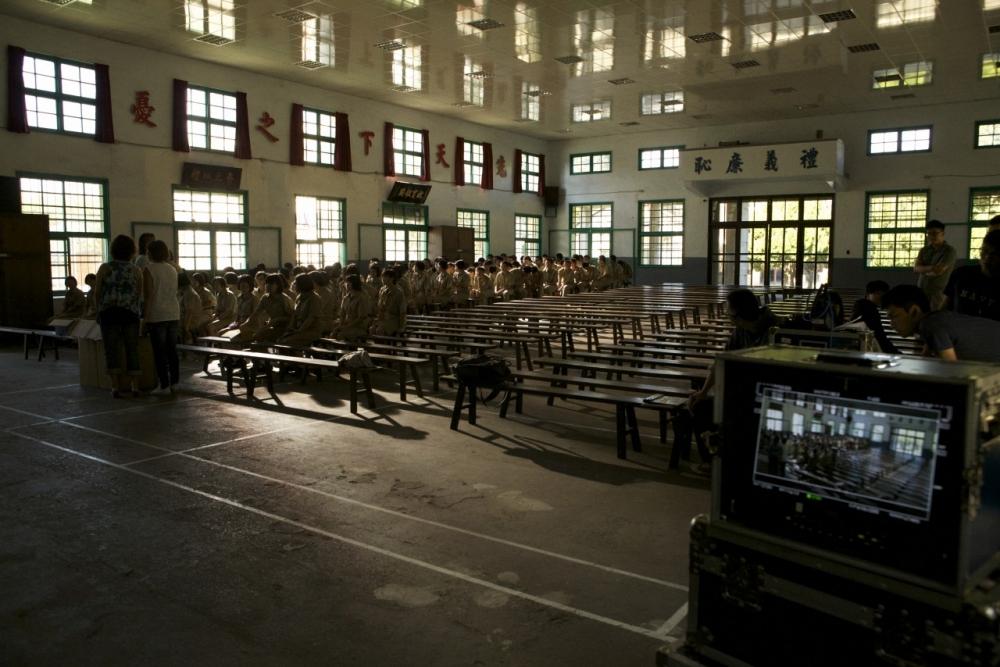 大成高中大禮堂仍在使用的木頭板凳是80年代學子的記憶。