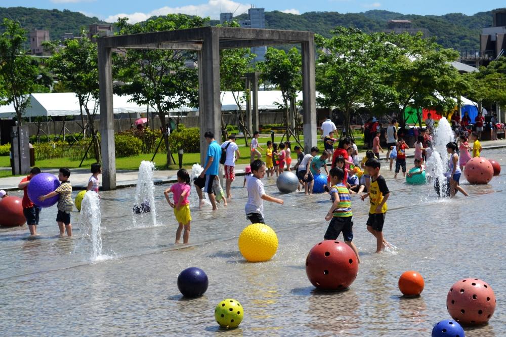 體驗全臺少數可供戲水的大型公共藝術品