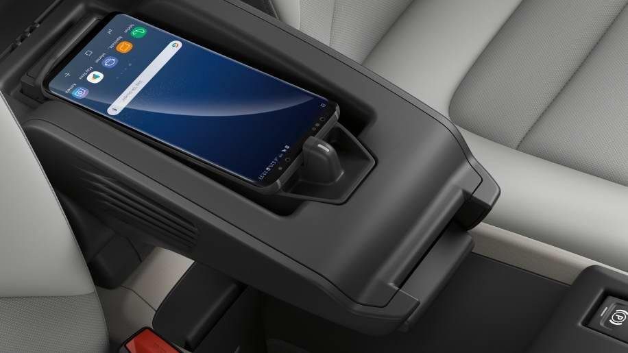 iDrive 6.0娛樂系統也成為標準配置,其他包括Wi-Fi、無線充電座…等配備都有顯著升級。