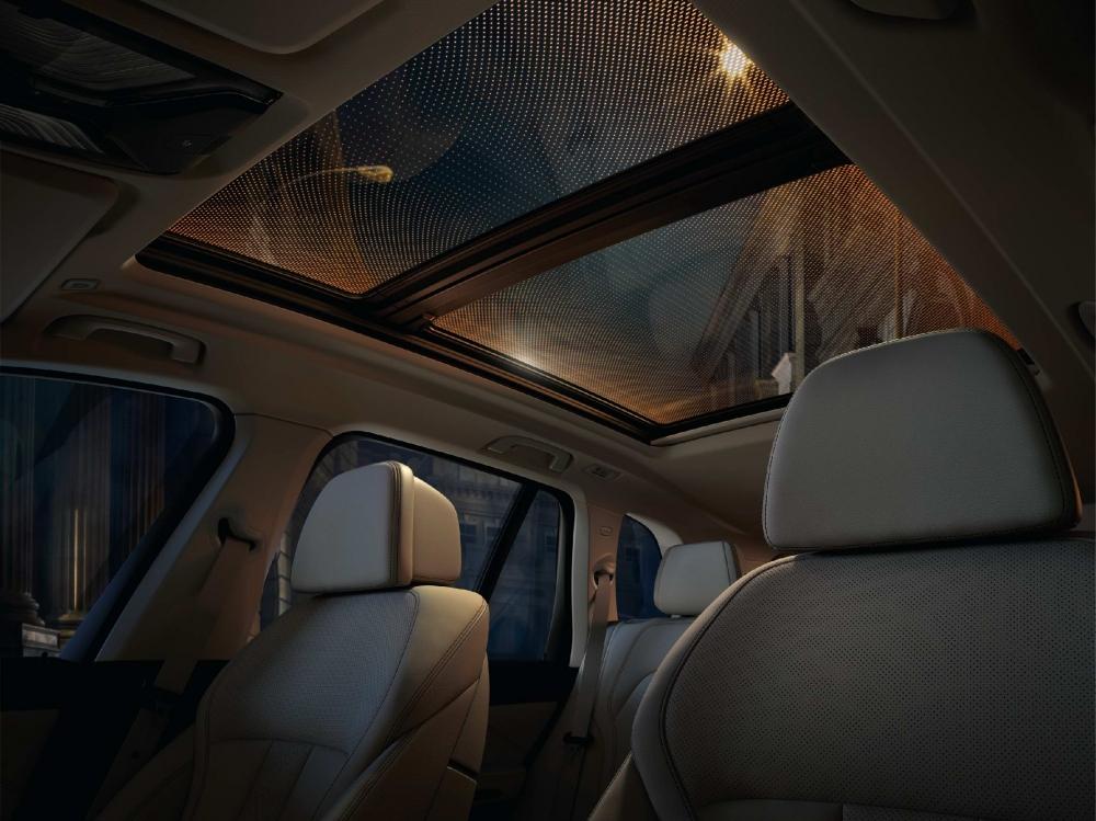 透過Sky Lounge全景天窗上的15,000顆LED光點,營造出繁星點點的迷人星空(圖片來源:BMW)