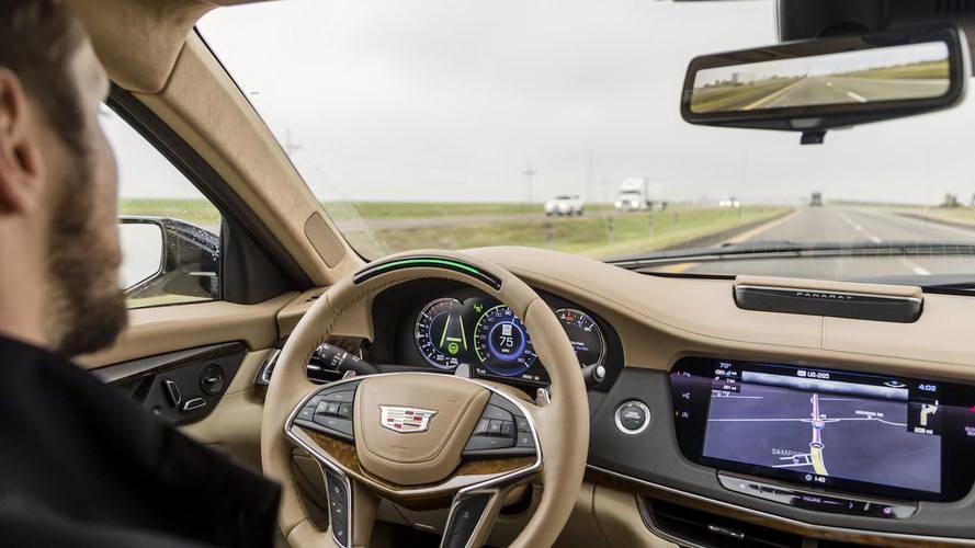 Elon Musk表示這套AI晶片有點類似Cadillac的超級巡航儀,希望能讓自駕技術在司機專注與駕駛之間取得最佳平衡(圖片來源:https://www.motor1.com/news/244213/cadillac-super-cruise-expanded-launch/)