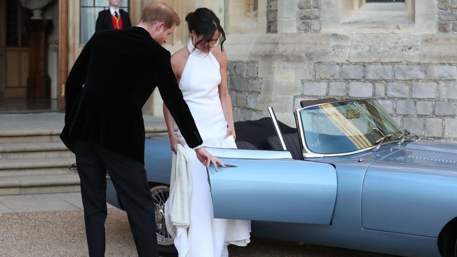新加冕的薩賽克斯公爵(Duke of Sussex),開著Jaguar E-Type Zero戴著公爵夫人前往接待處引起一陣騷動