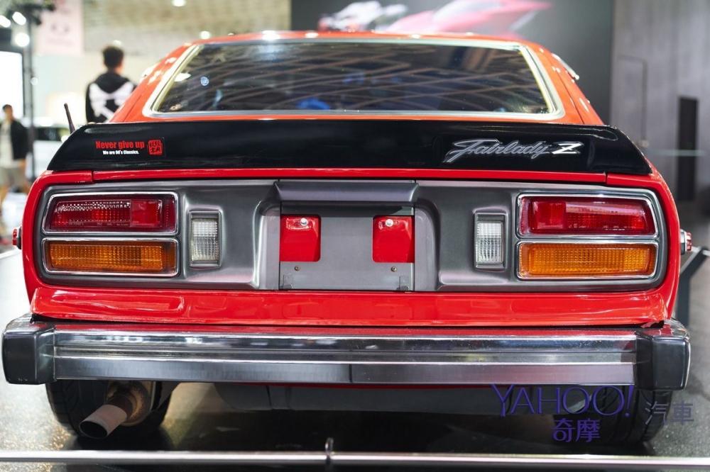 車主加裝的尾翼,左邊還有「經典九零」社團的貼紙,看起來是台灣老車圈活躍的玩家。