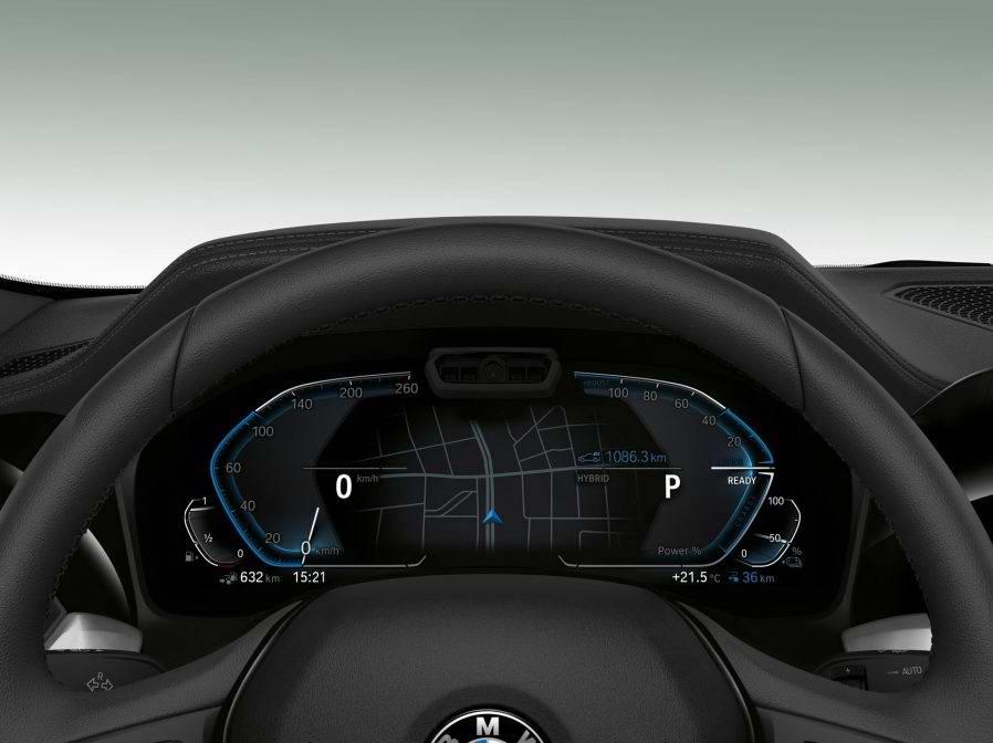 車艙內部方面,駕駛介面包含8.8吋觸控螢幕與5.7吋液晶顯示儀錶板,其他像是BIPA語音助理、中央10.25吋觸控螢幕…等配件都能額外選購。(圖片來源:https://insideevs.com/new-bmw-330e-iperformance-next-year/)