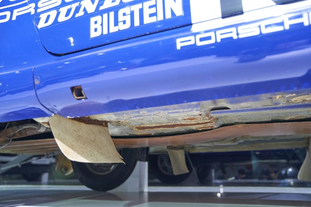 車底可以看出比賽所造成的損傷,還有排氣管道也有護板加強防護措施。