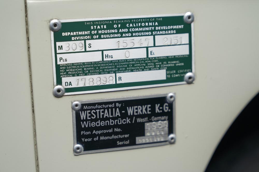 Volkswagen T2 加州監理牌照,一般都會以鉚釘打在左前門邊內,但是這部卻打在外面