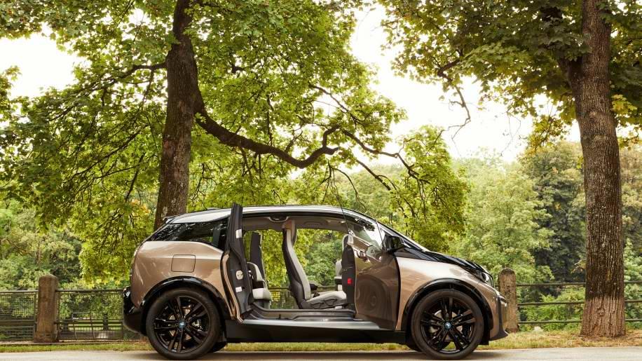 車身輪廓圓潤精巧的BMW i3/i3s,乍看下是雙門其實為四門設計,上市以來便受到消費者喜愛。