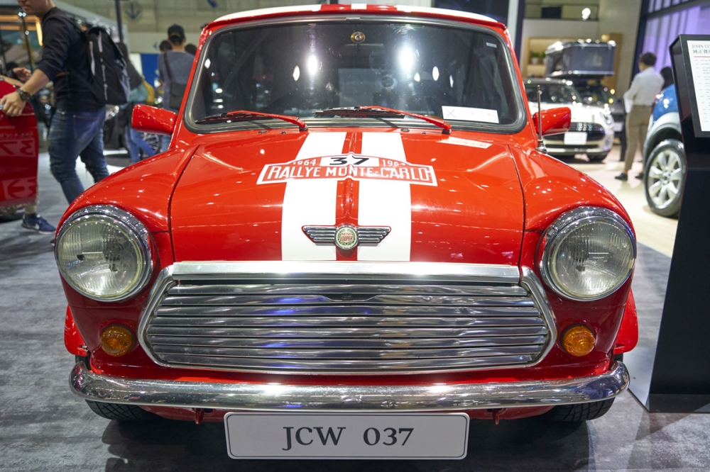 即使是參賽車輛,仍舊不改英國優雅風情,外觀上並沒有額外的空力套件。