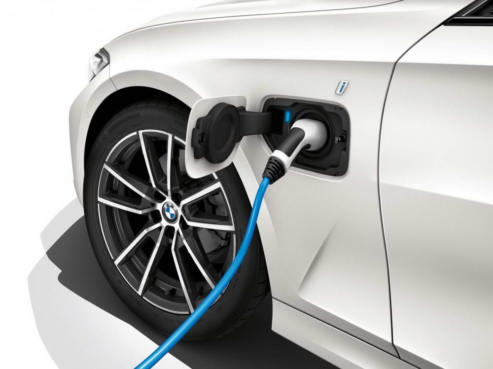 充電孔位置則在車側左前葉子鈑上,表面還可見到精緻的「i」字樣。(圖片來源:https://insideevs.com/new-bmw-330e-iperformance-next-year/)
