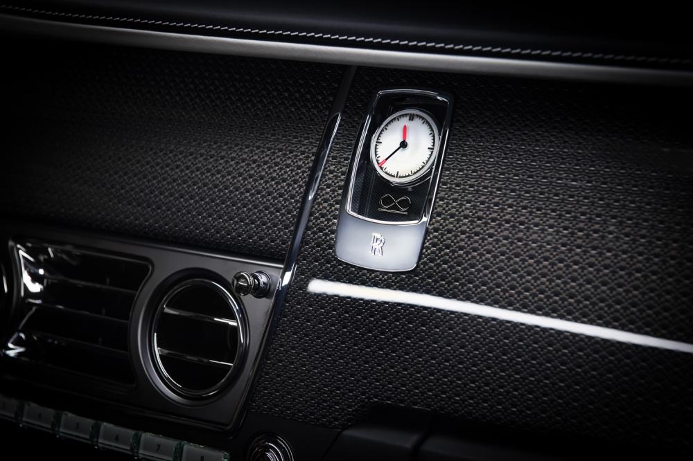 Black Badge 專屬時鐘,指針尖端鑲上橘色,鐘面有無限 Unlimited 標誌。