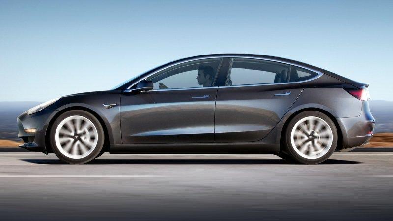 據公司內部資料指出,Tesla每天可量產將近1,000輛汽車,希望在年底前增加Model 3產量。(圖片來源:https://www.autoblog.com/2018/10/18/tesla-model-3-dismantled-manufacturing-analyst/)