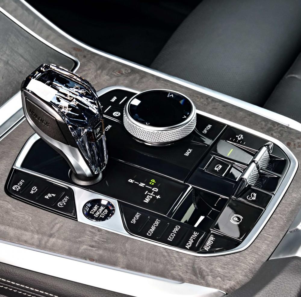 中央鞍座整合動態行車模式切換、氣壓懸吊按鍵…等功能,並採用鑽石切面頂級水晶打造排檔桿與功能按鍵,營造出尊貴高雅的車室氛圍(圖片來源:BMW)