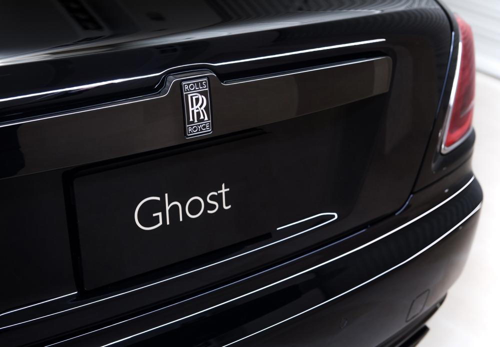 車尾改為黑底銀漆的雙R徽章