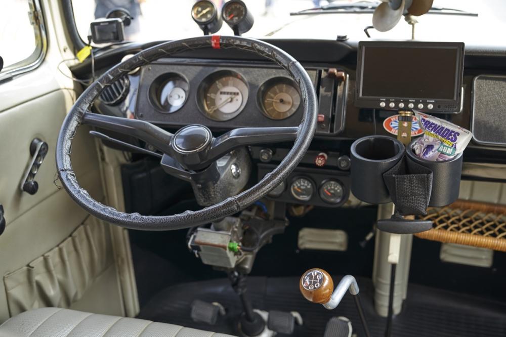 Volkswagen T2 駕駛座,排檔頭的字數排列非常有趣