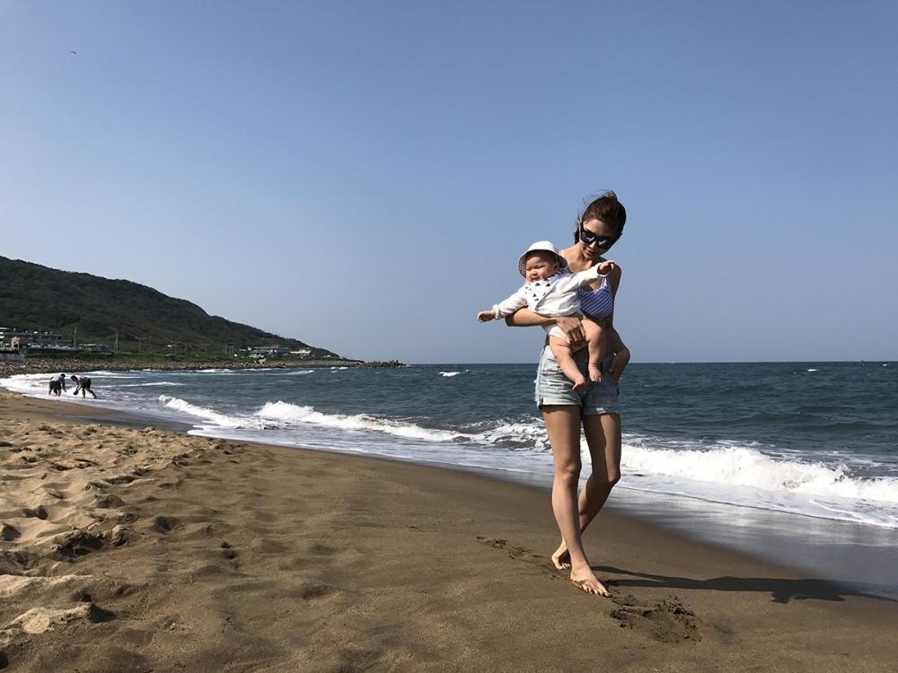 詹乃蓁和老公經常帶小艾莉接觸大自然。