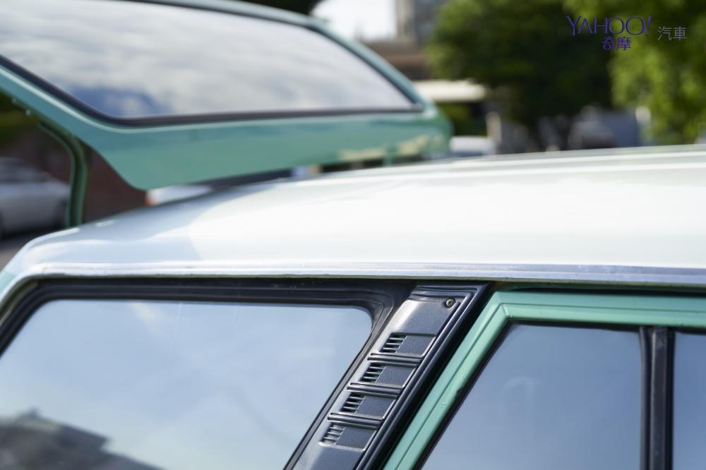 車頂以白色珍珠漆搭配蘋果綠的車身