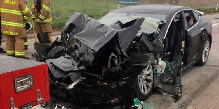 本月猶他州一名女士開著Model S並啓動半自動駕駛,卻撞上了正在救火的消防車,所幸駕駛只有右腳踝受傷。(圖片來源:http://www.businessinsider.com/tesla-model-s-sped-up-before-crashing-in-utah-autopilot-2018-5)