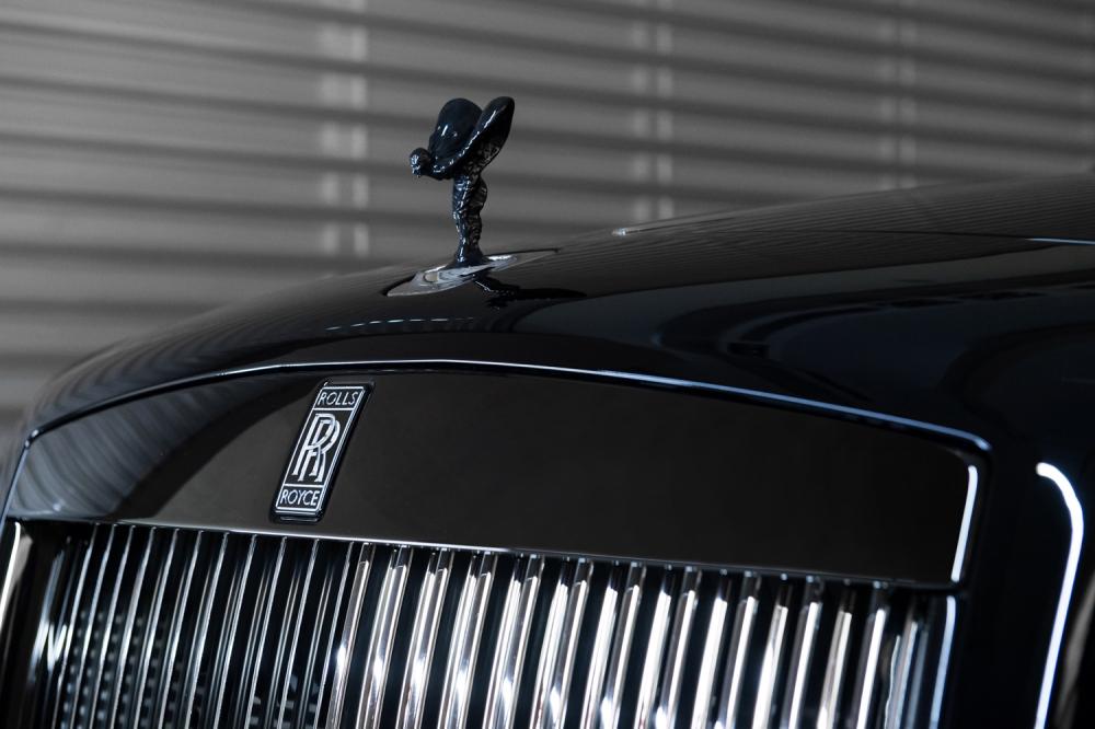 Black Badge以黑色鍍鉻的歡慶女神及帕德嫩神殿水箱護罩外框,宣示一種全新美學,展現統領黑暗的王者風範。