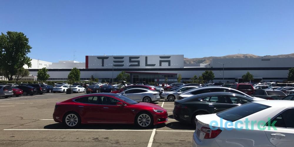 (圖片來源:https://electrek.co/2018/10/19/tesla-maintain-production-1000-vehicles-day/)